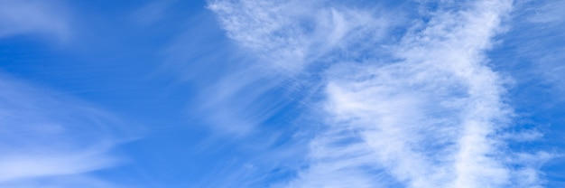 Heldere blauwe hemel met wolk. banner