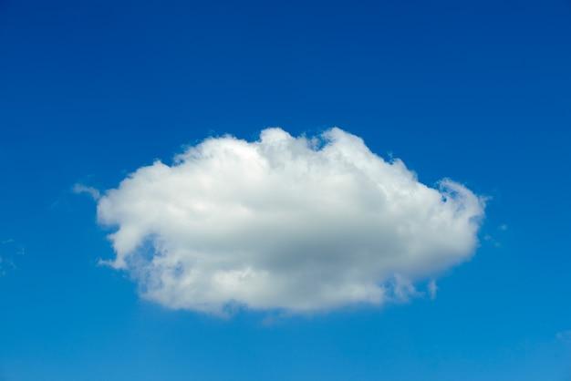 Heldere blauwe lucht met één wolk