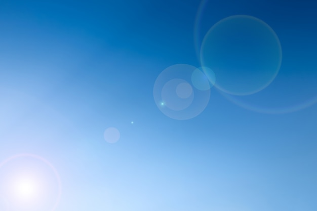 Heldere blauwe lucht met len flare