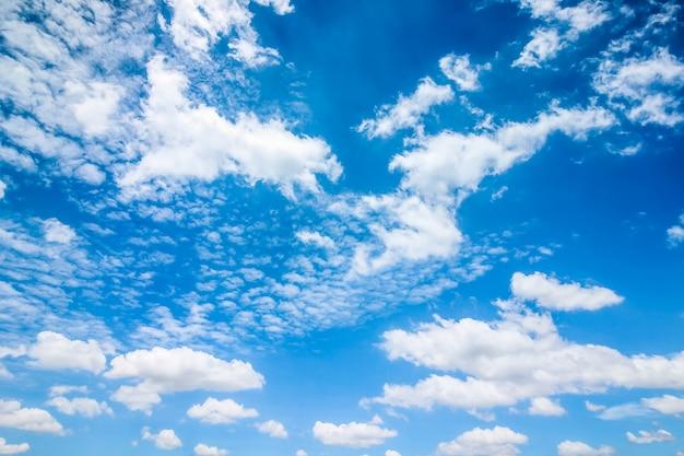Heldere blauwe lucht met wolken