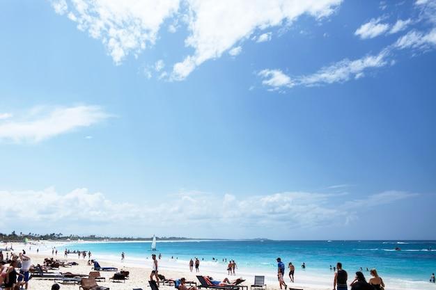 Heldere blauwe lucht verspreid over het strand met wit zand