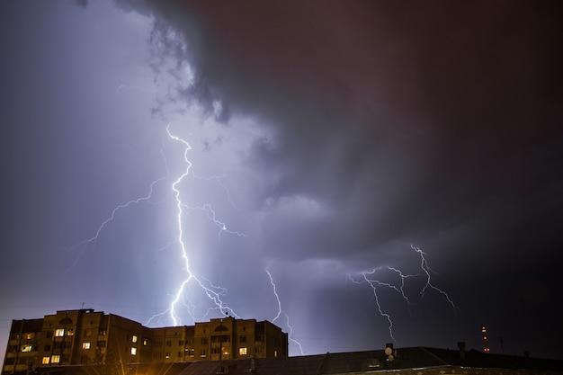 Heldere bliksem in de nachtelijke hemel