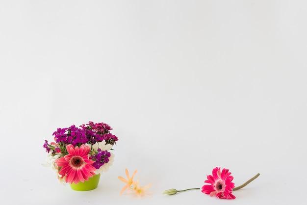 Heldere bloemen dichtbij pot