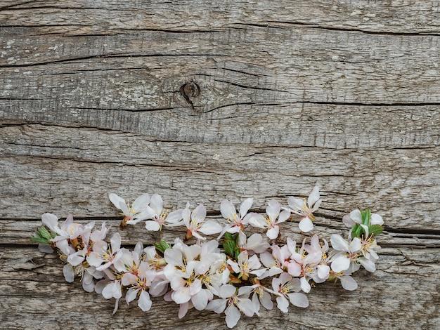 Heldere bloemen en een plek voor de inscriptie.