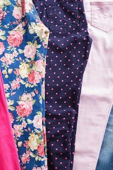 Heldere bloemen- en marineblauwe broek. kleurrijke broek die nauw aansluit. goede selectie meisjesbroeken. kies elk patroon dat je wilt.