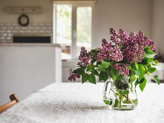Heldere bloemen in een vaas tegen de achtergrond van het raam. close-up, geen mensen