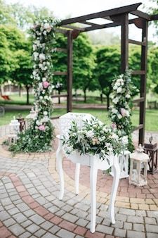Heldere bloemen om de huwelijksdag te verfraaien