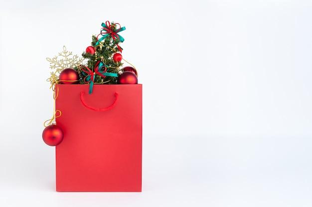 Heldere boodschappentas met kerstboom