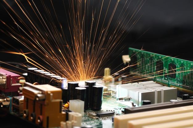 Heldere brandende vonken vliegen uit de chip van complexe elektronische apparatuur.
