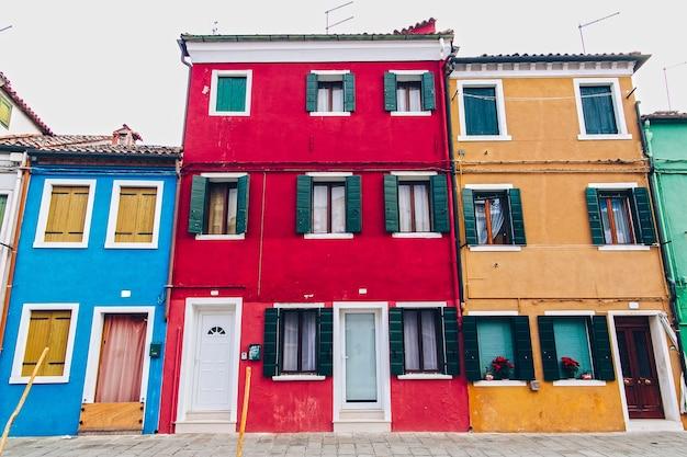 Heldere buitenmuren van gebouwen