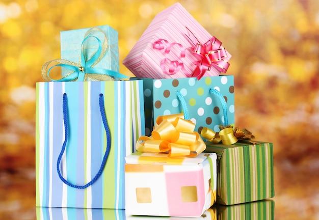 Heldere cadeautassen en geschenken op gele achtergrond