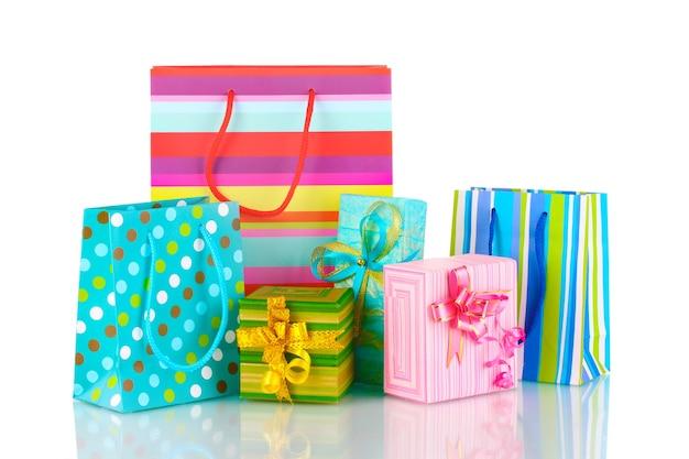 Heldere cadeauzakjes en geschenken geïsoleerd op wit