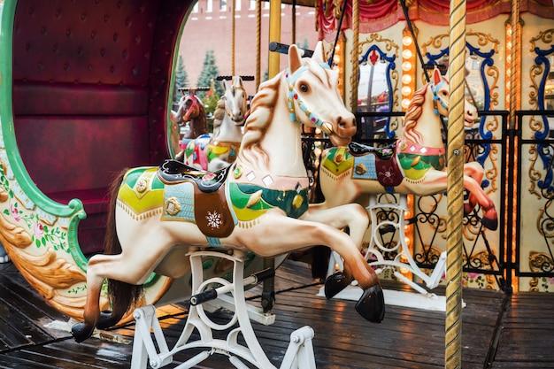 Heldere carrousel op de kerstmarkt in moskou.