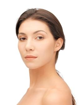 Heldere close-up portretfoto van mooie vrouw