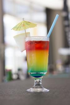 Heldere cocktail met paraplu en op het barrek