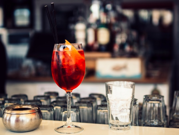 Heldere cocktail op het aanrecht