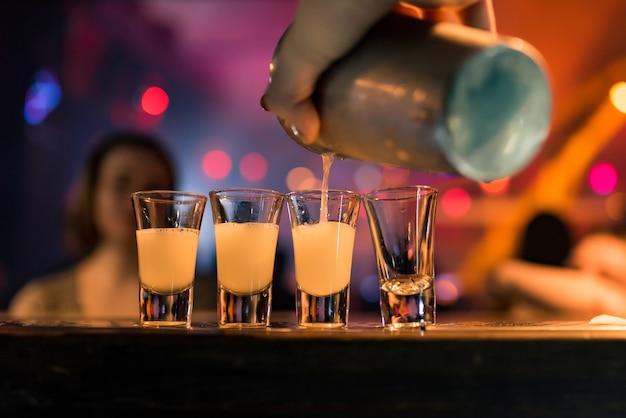 Heldere cocktails shots in de bar kleurrijke beelden in een nachtclub