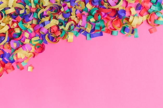 Heldere confetti op roze