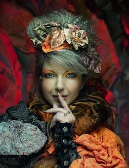 Heldere creatieve make-up. mooi gezicht van de vrouw. herfst stijl.
