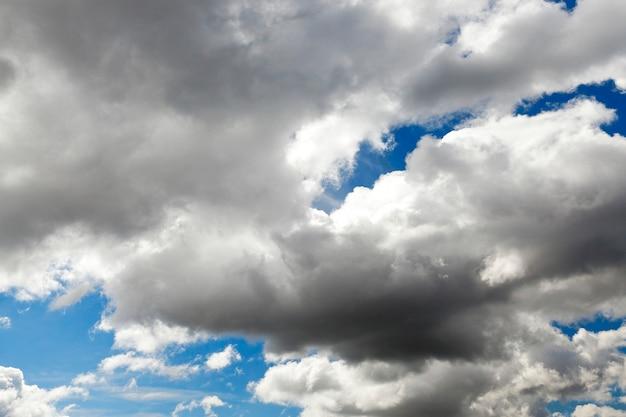 Heldere cumuluswolken zijn in de blauwe hemel, close-up