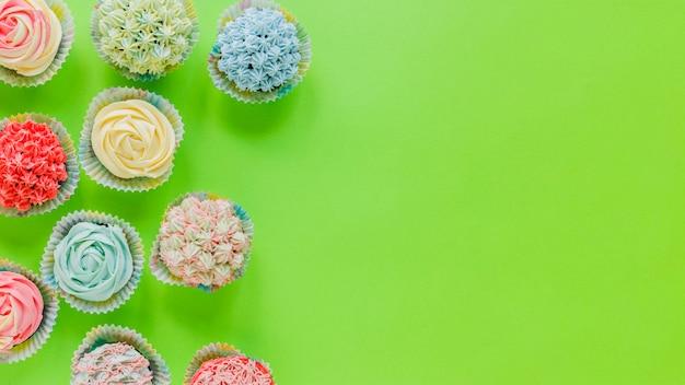 Heldere cupcakes in arrangement