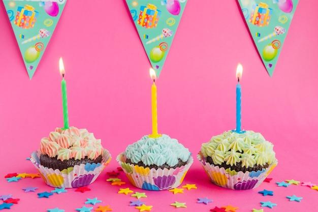 Heldere cupcakes met kaarsen