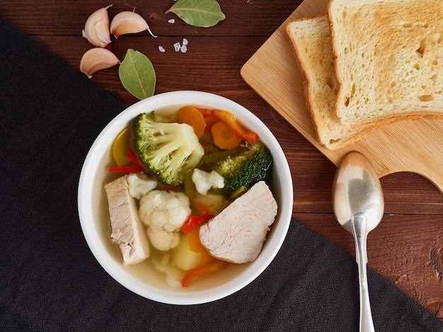 Heldere dieetsoep met kalkoenvlees, bloemkool, broccoli en groente