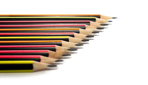 Heldere eenvoudige potloden gevouwen op een wit met ruimte voor tekst celective focus.