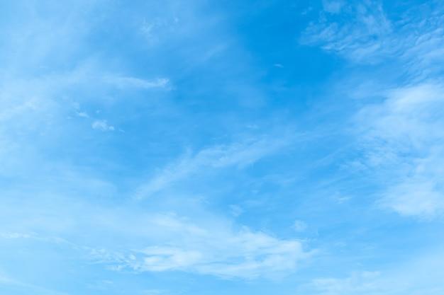 Heldere en duidelijke blauwe hemel met wolken in zonnige dag.