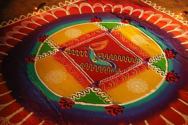 Heldere en kleurrijke indiase traditionele rangoli-decoratie