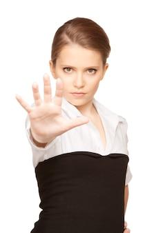Heldere foto van een jonge vrouw die een stopgebaar maakt