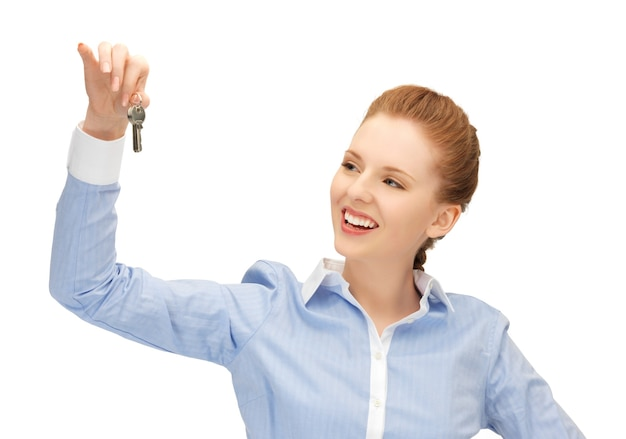 Heldere foto van gelukkige vrouw met sleutels