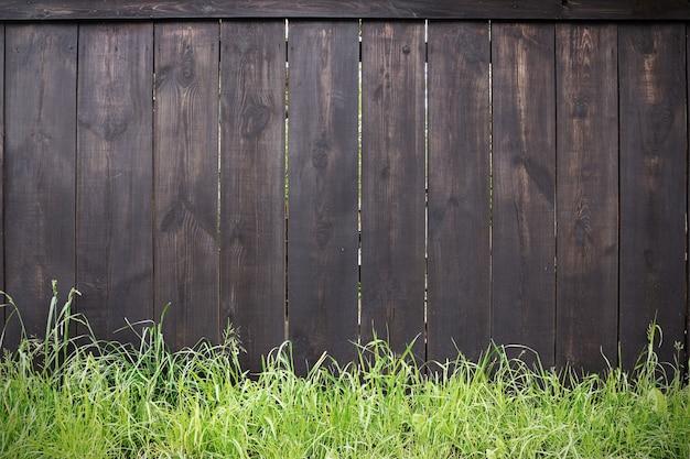 Heldere foto van houten poorten op het platteland met groen gras