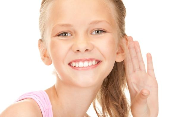 Heldere foto van mooi meisje dat roddels luistert