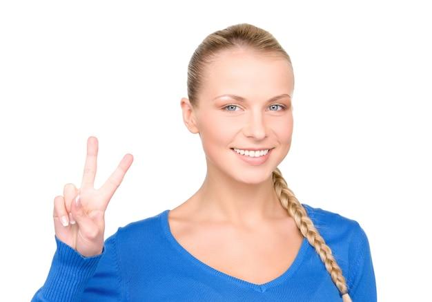 Heldere foto van mooie blonde met overwinningsteken