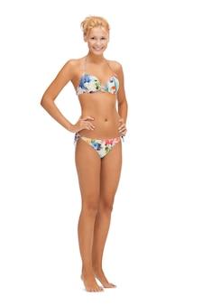 Heldere foto van mooie vrouw op blote voeten in bikini