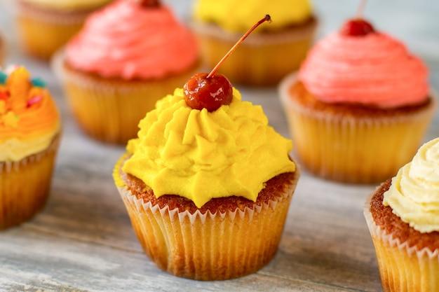 Heldere frosted cupcake rode bes en gele glazuur eenvoudig recept voor een goed humeur vind nieuwe kleuren in het leven
