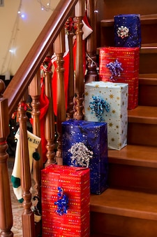 Heldere geschenkdozen op trappen kerstcadeaus op versierde trap tijd om de cadeautjes te openen...