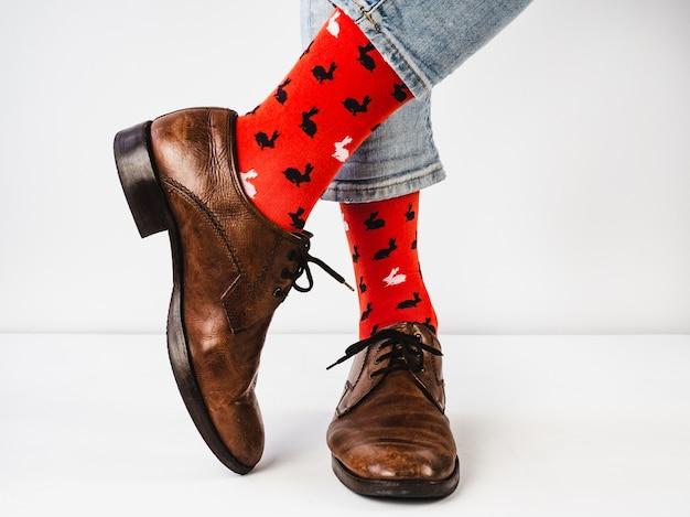 Heldere, grappige sokken, vintage en bruine schoenen