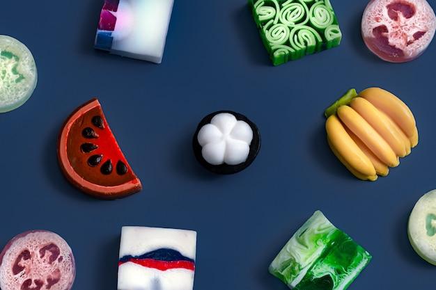 Heldere handgemaakte zeepset in fruitvormen