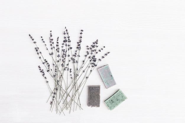 Heldere handgemaakte zeepstaven met natuurlijke biologische kruiden en lavendelbloemen