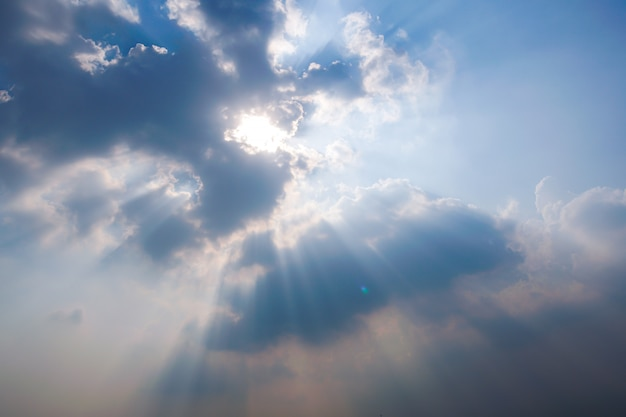 Heldere hemel met zonnestraal