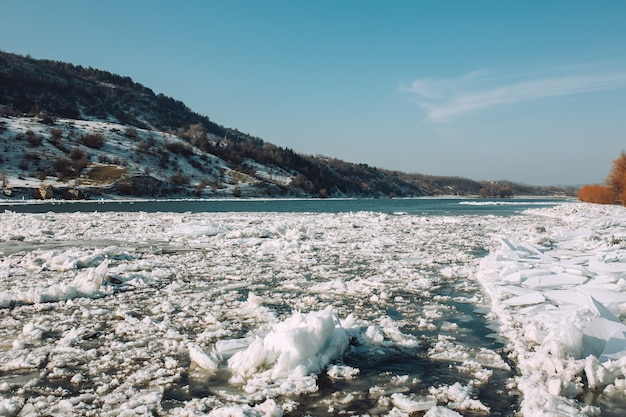 Heldere ijzige winterdag