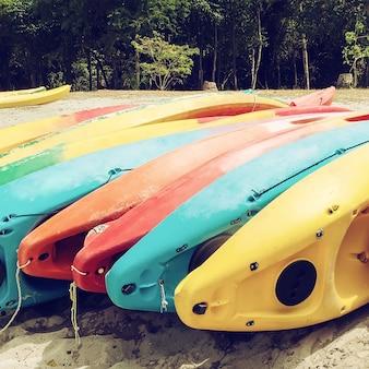 Heldere kajaks op het strand. kleurrijke kano. gefilterde afbeelding