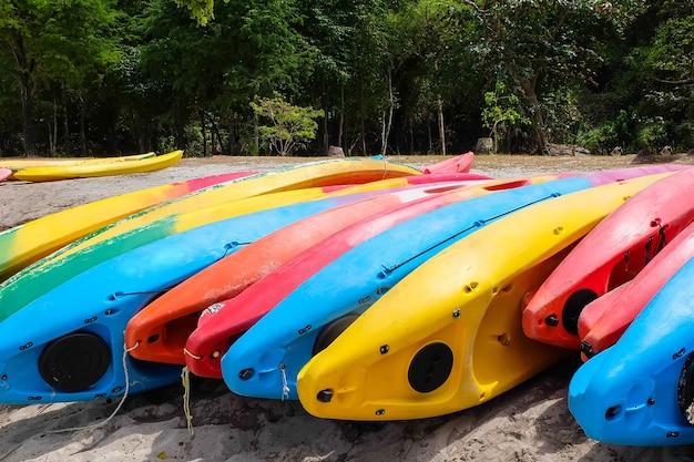 Heldere kajaks op het strand. kleurrijke kano