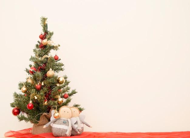 Heldere kerst wenskaart vintage. nieuwjaar, kerstmis mock-up. close-up versierde kerstboom decoraties achtergrond. briefkaart voor vakantie. kerst spar achtergrond.