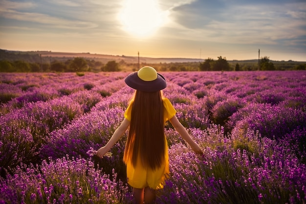 Heldere kleurenfoto van een meisje bij zonsondergang.