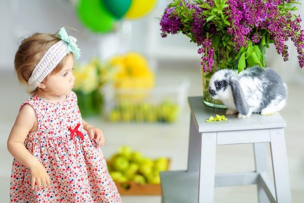 Heldere kleurenreeks foto's van babymeisje op verjaardag