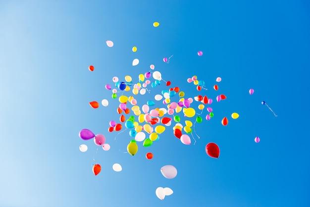 Heldere kleurrijke ballonnen over blauwe hemel