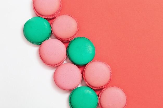 Heldere kleurrijke bitterkoekjes op papier achtergrond met kopie ruimte.